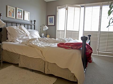 Duvet「Messy Unmade Bed And Bedroom」:スマホ壁紙(16)