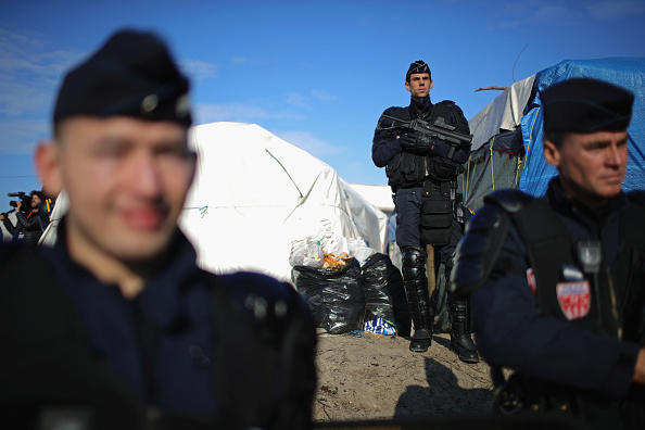 Guarding「Migrants Leave The Jungle Refugee Camp In Calais」:写真・画像(14)[壁紙.com]