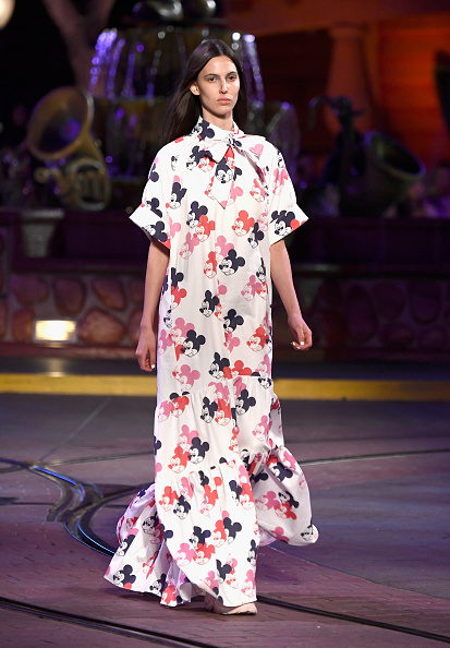ミッキーマウス「Disney kicks off 'Mickey the True Original' campaign in celebration of Mickey's 90th anniversary with a fashion show at Disneyland featuring a Mickey-inspired collection by Opening Ceremony」:写真・画像(6)[壁紙.com]