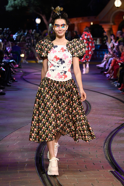 ミッキーマウス「Disney kicks off 'Mickey the True Original' campaign in celebration of Mickey's 90th anniversary with a fashion show at Disneyland featuring a Mickey-inspired collection by Opening Ceremony」:写真・画像(4)[壁紙.com]
