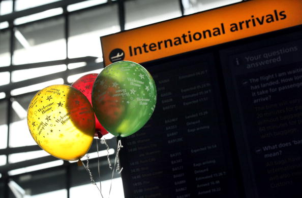 Waiting「Travellers Begin To Return Home After Flight Restrictions Are Lifted」:写真・画像(10)[壁紙.com]