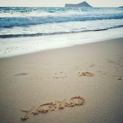オアフ島「Hugs and kisses drawn in the sand on Waimanalo beach, Hawaii, America, USA」:スマホ壁紙(19)