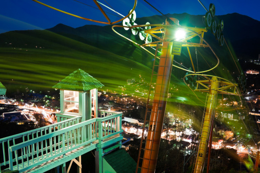 Gatlinburg「USA, Tennessee, Gatlinburg, Lift to mountain observation point at night」:スマホ壁紙(15)