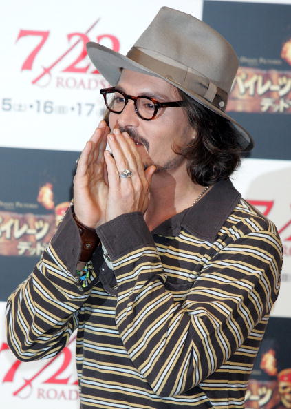 上半身「Johnny Depp Promotes 'Pirates Of The Caribbean: Dead Man's Chest' In Tokyo」:写真・画像(6)[壁紙.com]