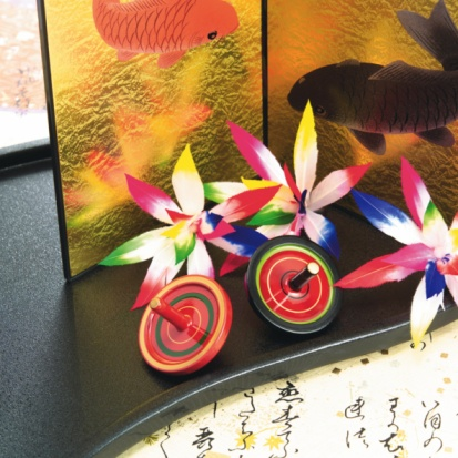 Carp「Spinning tops and shuttlecocks in front of gilded folding screen, high angle view」:スマホ壁紙(1)