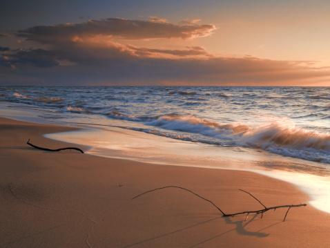 波「ビーチの夕暮れ」:スマホ壁紙(12)