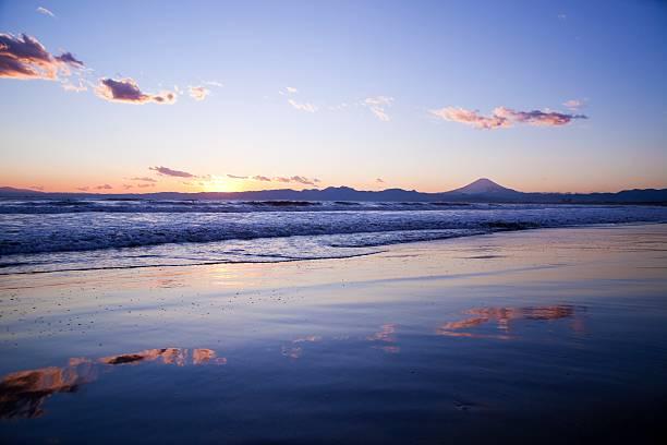 Beach at sunset, with Mt Fuji in silhouette in the background. Fujisawa, Kanagawa Prefecture, Japan:スマホ壁紙(壁紙.com)