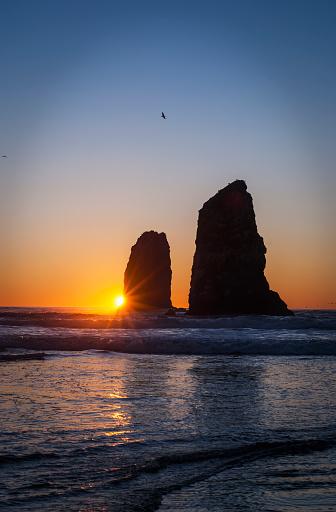Cannon Beach「The sunset over sea stacks; Cannon Beach, Oregon, United States of America」:スマホ壁紙(18)