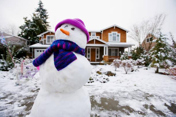 Snowman in front yard:スマホ壁紙(壁紙.com)