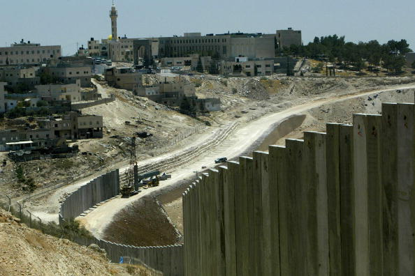 Abu Dis「Israel Builds West Bank Barrier Ahead Of Hague Court Ruling」:写真・画像(7)[壁紙.com]