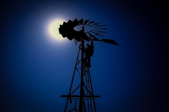 Mill「One Of The Last Australian Windmill Mechanic Repairs Traditional Rural Farming Machines」:写真・画像(10)[壁紙.com]