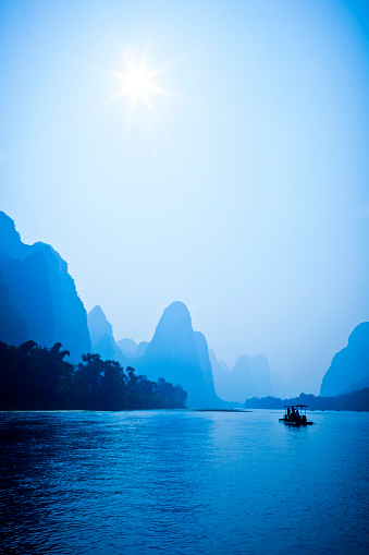 桂林山水「ボートの漓江、中国」:スマホ壁紙(18)