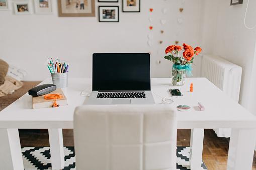 Using Laptop「Home office」:スマホ壁紙(11)