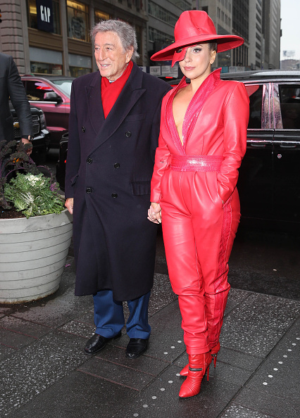 Rob Kim「Lady Gaga And Tony Bennett Viewing H&M Holiday Campaign In Times Square」:写真・画像(3)[壁紙.com]