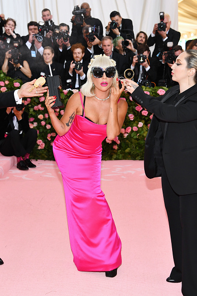 Hot Pink「The 2019 Met Gala Celebrating Camp: Notes on Fashion - Arrivals」:写真・画像(6)[壁紙.com]