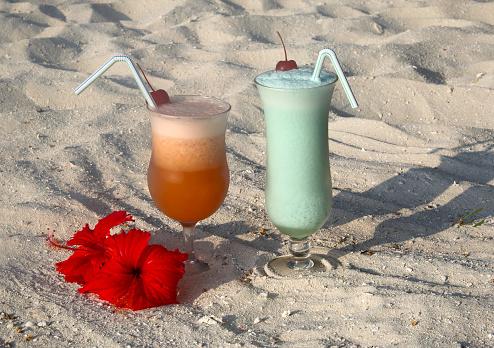 ハイビスカス「Two fancy cocktails on coral beach ready to drink」:スマホ壁紙(18)