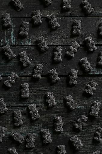 グミ・キャンディー「Black gummy bears on wood」:スマホ壁紙(13)