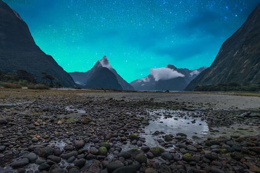 星空「ミルフォード ・ サウンドのフィヨルド。フィヨルドランド国立公園、ニュージーランド天の川」:スマホ壁紙(18)