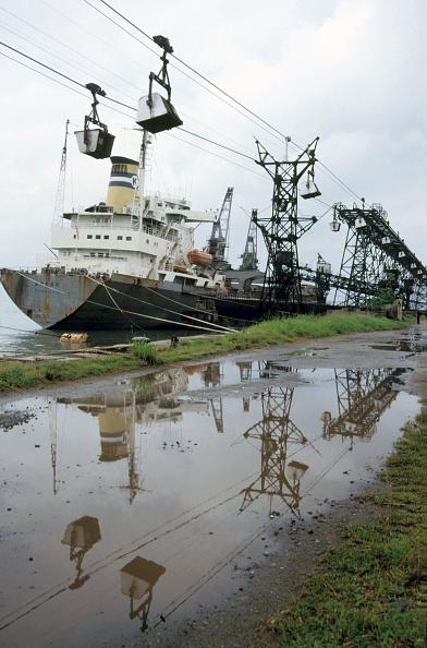 Bauxite「Takoradi Port Ghana with a Liberian registered ship being loaded with Bauxite. Monday 3 June 1985.」:写真・画像(1)[壁紙.com]