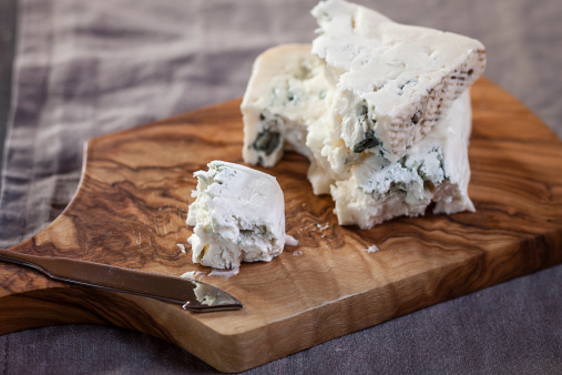 Cheese Knife「Pieces of gorgonzola cheese on chopping board」:スマホ壁紙(2)
