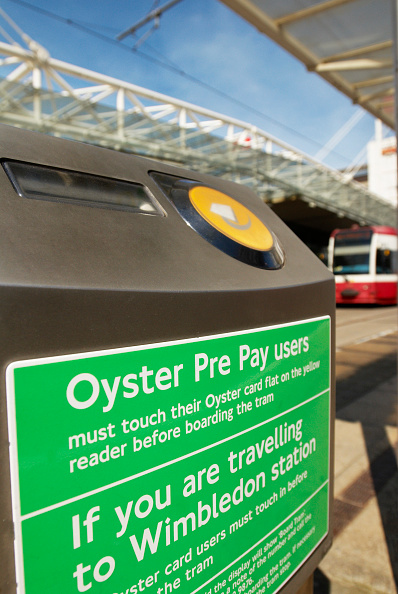 軟体動物「Oyster card users pre pay scan device on the Tramlink service in Croydon, South London, UK」:写真・画像(16)[壁紙.com]