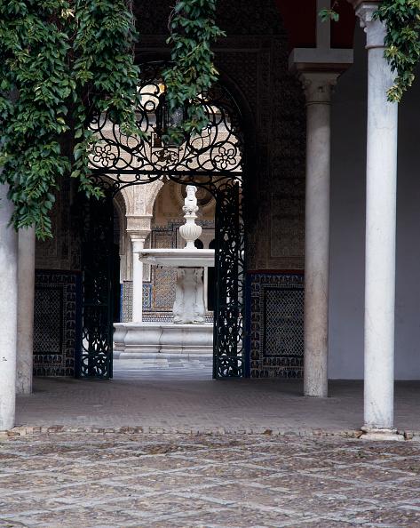 Casa De Pilatos「Gateway with pillar and fountain in background」:写真・画像(9)[壁紙.com]