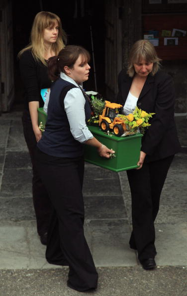 Elementary Age「Funeral Held For Beachy Head Suicide Couple」:写真・画像(4)[壁紙.com]