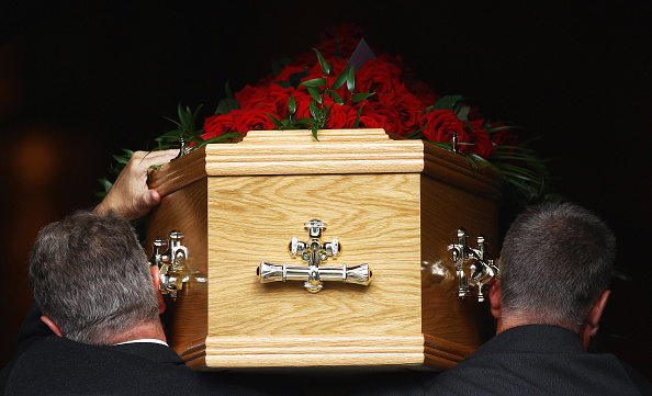 Coffin「Mourners Attend The Funeral Of Trade Union Leader Jimmy Reid」:写真・画像(1)[壁紙.com]
