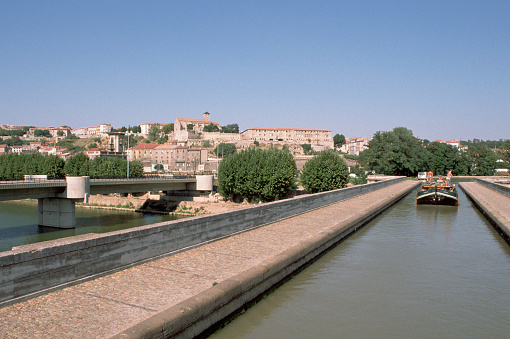 Beziers「Boat on the Canal du Midi in Beziers」:スマホ壁紙(4)