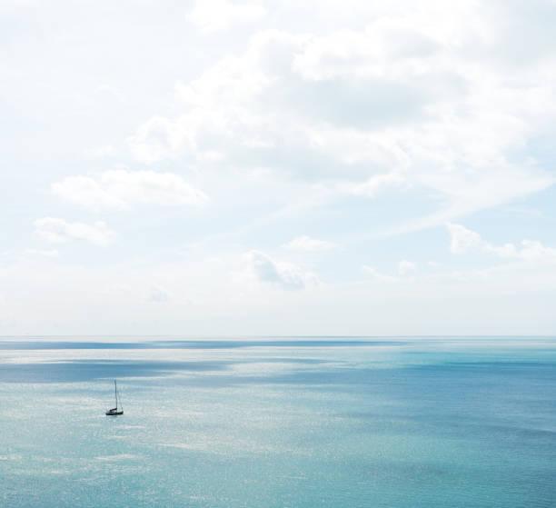 Boat on the sea off the coast of Devon:スマホ壁紙(壁紙.com)