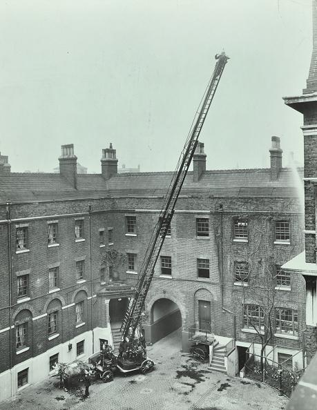 Greater London Council「Firemen Demonstrating The Magirus Ladder, London Fire Brigade Headquarters, London, 1910」:写真・画像(19)[壁紙.com]