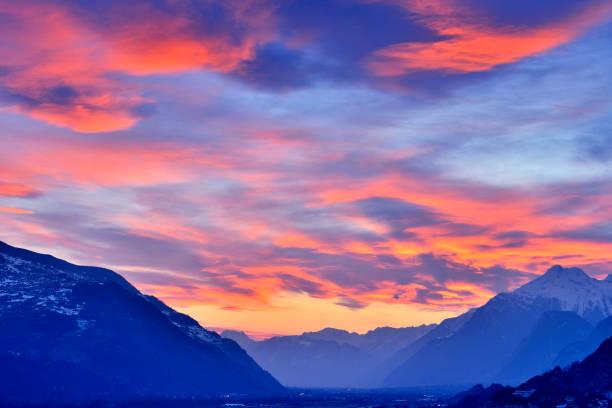 Swiss Alps's Valley at Dramatic Sky, Switzerland:スマホ壁紙(壁紙.com)
