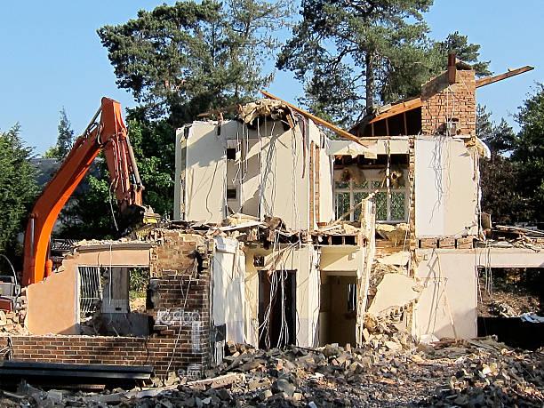 A house being demolished:スマホ壁紙(壁紙.com)