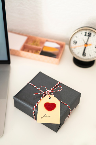 Writing「Valentine gift on office desk」:スマホ壁紙(3)