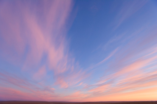 雲「USA, Alaska, North Slope, cirrus clouds at dawn, low angle view」:スマホ壁紙(7)