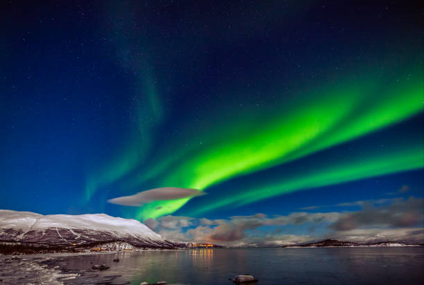 Winter: Awesome Aurora Borealis appears over Tornetrask Lake and Mount Nuolja in Swedish Lapland:スマホ壁紙(壁紙.com)