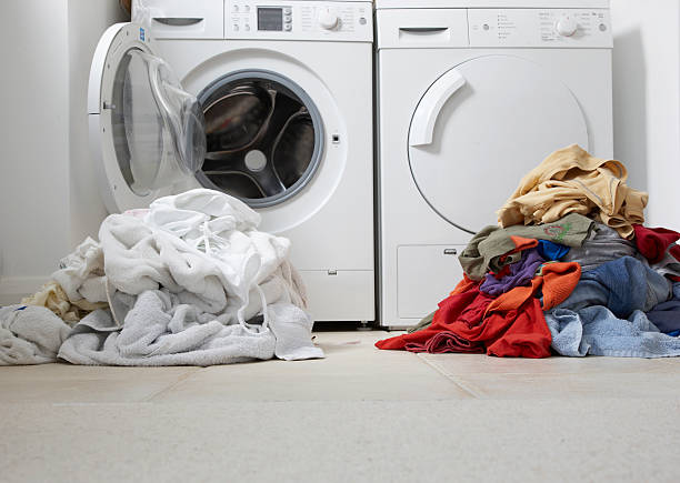 one coloured one white pile of washing:スマホ壁紙(壁紙.com)