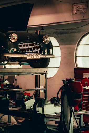 Restoring「Vintage car lifted on a jack」:スマホ壁紙(4)