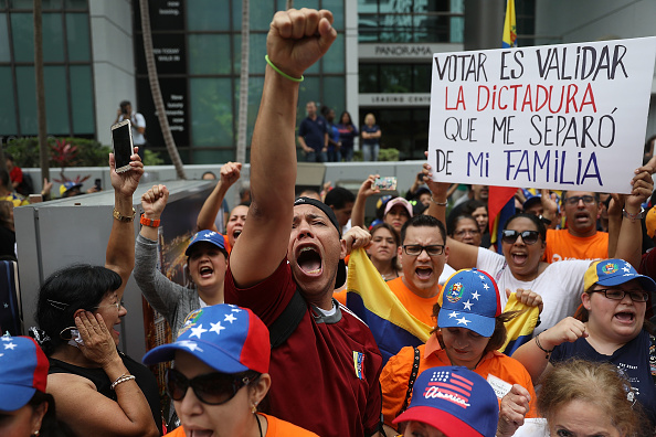 ラテンアメリカ「Venezuelans In Miami Protest The Country's Elections Taking Place Today」:写真・画像(5)[壁紙.com]
