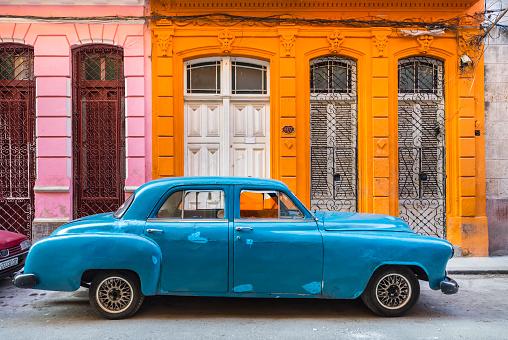 Vintage Car「Parked blue vintage car in front of residential house, Havana, Cuba」:スマホ壁紙(13)