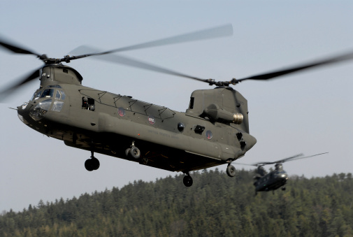 CH-47 Chinook「Two CH-47 Chinook helicopters in flight.」:スマホ壁紙(16)