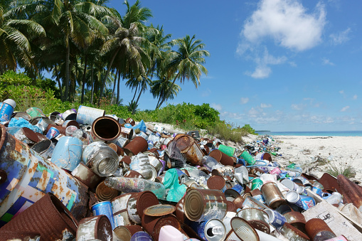 Indian Ocean「Washed up plastic and rubbish on tropical beach」:スマホ壁紙(16)