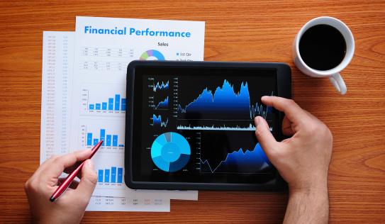 経済「デジタルタブレットで作業」:スマホ壁紙(13)