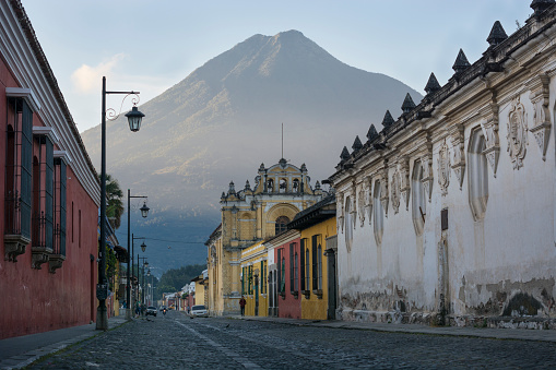 Agua Volcano「An early morning view of the Volcn de Agua from Antigua, Guatemala, with the San Pedro Hospital in the foreground.」:スマホ壁紙(2)