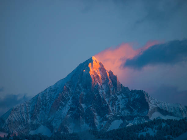 An early morning picture of the first sun rays setting the pyramid summit of the Bietschhorn mountain on fire.:スマホ壁紙(壁紙.com)