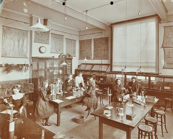 1900-1909「Science Class, Aristotle Road Girls School, Clapham, London, 1908. Artist: Unknown.」:写真・画像(2)[壁紙.com]