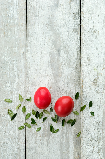 イースター「Red Easter eggs and leaves on wood」:スマホ壁紙(15)