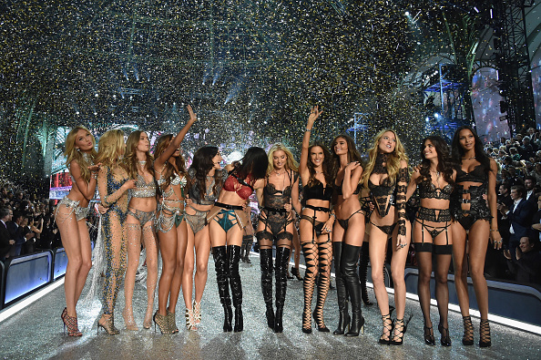 ファッションショー「2016 Victoria's Secret Fashion Show in Paris - Show」:写真・画像(3)[壁紙.com]