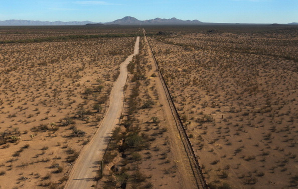 Desert Area「U.S. Conducts Aerial Patrols Of U.S.-Mexico Border」:写真・画像(5)[壁紙.com]