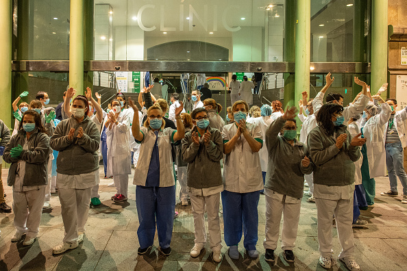 Applauding「Spain Extends Coronavirus Lockdown As Death Toll Rises」:写真・画像(3)[壁紙.com]